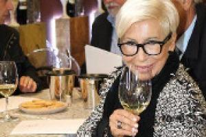 ''Il vino, come la moda, è pronto a fare quel salto di qualità che gli permetterà di superare la Francia nel mondo. Senza mai dimenticarci di tutelare l'aspetto dell'artigianalità''. A WineNews, la stilista Anna Fendi