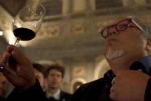 """""""Una commedia per raccontare il vino italiano nel mondo, soprattutto ai giovani"""": ecco l'obiettivo di """"The Duel of Wine"""" secondo Charlie Arturaola, sommelier protagonista del film con tanti personaggi del mondo di Bacco, che si svelerà a Venezia"""