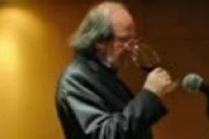 L'Europa regolamenta i vini biologici autorizzando, in pratica, l'uso delle stesse sostanze chimiche permesse nell'enologia tradizionale. Un buco nell'acqua? Ne abbiamo parlato con Gigi Brozzoni, direttore del Seminario Luigi Veronelli