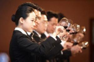 """Vino da bere e da """"guardare"""" per essere conosciuto meglio all'estero: la Toscana, per Expo2015, ospiterà 100 sommelier cinesi per far conoscere loro anche i territori di produzione. Così a WineNews Silvia Burzagli, vice direttore Toscana Promozione"""