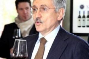 """""""Il vino italiano è un prodotto che sta nel mercato mondiale. Dobbiamo vincere la sfida della qualità. Grazie al ritorno in campagna dei giovani che hanno portato competenze in vigna, siamo diventati produttori di vino buono"""". Così Massimo D'Alema"""