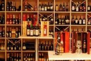 L'ago della bilancia delle vendite di vino in enoteca in questa estate è la presenza turistica: le città di mare mantengono le vendite costanti, all'interno vedono un calo. C'è chi ricorre a scontistiche, e chi affronta agosto con un po' di rammarico