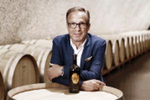 Con la sua esperienza, ha portato la cantina di San Michele Appiano, fondata nel 1907, che oggi raccoglie 340 famiglie, al vertice della viticoltura altoatesina: a WineNews, Hans Terzer, tra i protagonisti della rivoluzione qualitativa del territorio