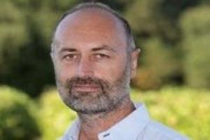 Italia e Francia del vino, simili e insieme diverse per aziende, volumi e performance di mercato: il cuore enoico della Vecchia Europa per Jean Marie Cardebat, docente universitario e coordinatore del gruppo di ricerca Bordeaux Wine Economics