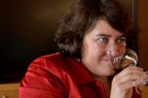 """30 anni di rivoluzione del vino italiano ed il modo di raccontarla, non solo con i giudizi sui vini, ma con storie e curiosità dei luoghi dove nascono e delle persone che li producono: a WineNews Monica Larner del """"The Wine Advocate"""" di Robert Parker"""