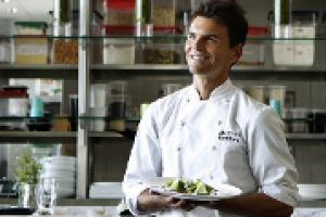 Dagli Usa all'Europa, l'ultima frontiera della gastronomia è la cucina crudista: la filosofia, le peculiarità e le possibilità del movimento nelle parole di Matthew Kenney, punto di riferimento del movimento, con scuole e ristoranti in tutto il mondo