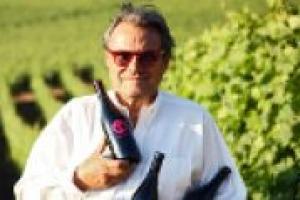Oliviero Toscani, tra i più celebri fotografi del mondo, vive da anni il mondo dell'enogastronomia, anche come produttore di vino, con la sua cantina, ''Ot'', in terra pisana. A WineNews, uno sguardo diverso sul vino italiano
