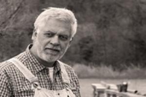 """L'apicoltura oggi è """"un vaso di coccio"""" tra l'industria dei pesticidi e cambiamenti climatici che devastano le produzioni, ma un altro modello è possibile, secondo Francesco Panella, apicoltore e presidente dell'associazione di categoria Unaapi"""