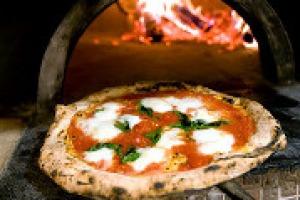 """""""I tempi per la stella Michelin anche alle pizzerie sono maturi. E il riconoscimento della rossa sarebbe anche meglio del riconoscimento Unesco"""". Così, da """"Identità Golose"""", due maestri della pizza napoletana, Enzo Coccia e Gino Sorbillo"""