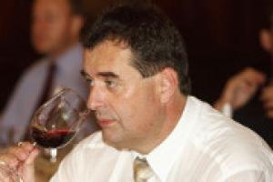 I corsi sul vino negli ultimi anni hanno vissuto un vero e proprio boom. Ma oggi, conoscere quello che succede a livello produttivo nel mondo, è fondamentale per gli appassionati quanto per i produttori. A WineNews il Master of Wine Josef Schuller