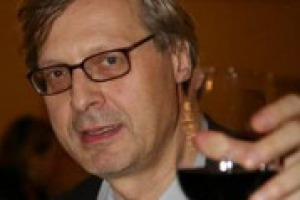 Dal mondo dell'arte a quello del vino: Vittorio Sgarbi e il suo rapporto con il nettare di Bacco. Ma anche le sue considerazioni sul settore, su Petrini, su Farinetti, e il progetto che vedrà arte & vino abbinati in vista di Expo 2015