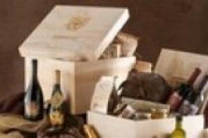 """""""A Natale fa sempre piacere ricevere una bella bottiglia: il vino è ancora un'idea di un regalo che attrae. Basti pensare che le spese natalizie in enoteca influiscono per il 50% negli acquisti annuali"""". A dirlo Giovanni Longo dell'Enoteca Longo"""