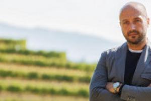 """""""La ristorazione è ciò di cui vivo, ma la mia vera passione è la viticoltura, sono sicuro che la vita mi farà tornare in Friuli, dove tutto è iniziato, a prendermi cura dei miei vigneti"""". A WineNews, Joe Bastianich, tra cucina e vino"""