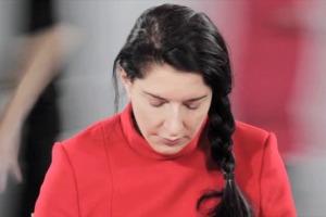 """Nel Coro della Maddalena di Alba, invitata dalla famiglia del vino Ceretto, la """"sacerdotessa"""" della performing art Martina Abramovic porta in scena la sua installazione """"Holding the Milk"""", ultimo step del percorso culturale voluto dai Ceretto"""