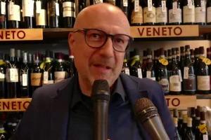 """Vino italiano sempre più """"pop"""" alla ricerca di nuovi linguaggi, stili e momenti di consumo diversi, e di una nuova immagine per riconquistare i giovani italiani: a WineNews parlano Joe Bastianich e """"mr Signorvino"""" (e Calzedonia) Sandro Veronesi"""