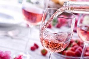 Vino rosè, in crescita in tutto il mondo, ma i produttori italiani ci credono davvero?. Dal Pink Rosè Festival di Cannes, a WineNews, parlano produttori e operatori: Tenuta di Biserno, Costaripa, Zorzettig, Agriverde e Sofia Biancolin (Desa)