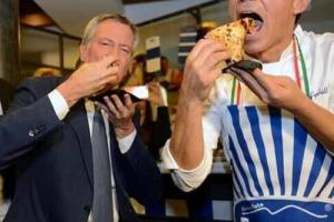 Non è ancora patrimonio Unesco, ma la pizza napoletana patrimonio dell'umanità lo è già, da Napoli a New York, dove ad inaugurare uno dei due locali aperti da Gino Sorbillo è arrivato il suo fan numero uno, il sindaco Bill De Blasio