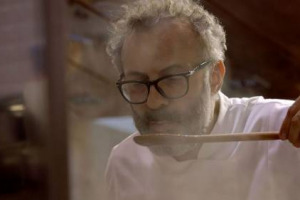 """""""Theater of life"""", Massimo Bottura sbarca su Netflix. Il film dedicato al progetto """"Food for Soul"""", che esporta nel mondo le mense per poveri, fatte di pietanze stellate nate dagli scarti dei mercati, diretto da Peter Svatek sarà visibile in 54 Paesi"""