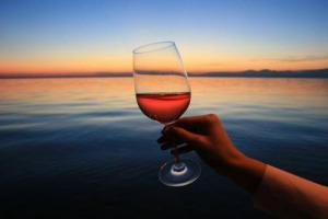 """Il Chiaretto, anima """"rosè"""" del Lago di Garda, tra Bardolino e Valtènesi, fa sistema: numeri ed assaggi dall'Anteprima congiunta di Lazise, primo passo di una collaborazione più strutturata tra i consorzi delle due denominazioni (e non solo)"""