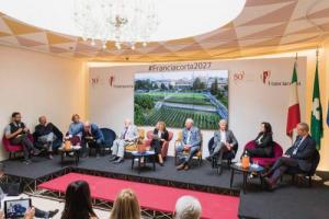 Più bio, marketing, enoturismo, esperienze legati a vino e ad enogastronomia di qualità, investimenti per migliorare livello dei vini ed export: la Franciacorta, compie 50 anni e progetta il suo futuro. Focus - Franciacorta 2027 di Domenico de Masi