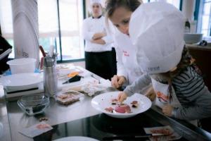"""L'alta cucina si """"rimpicciolisce"""" per raccontarsi ai bambini, educandoli divertendoli: succede a Modena, dove migliaia di piccoli """"Cuochi per un giorno"""" si mettono ai fornelli con gli chef stellati nel Festival Nazionale di Cucina 0-12 (7-8 ottobre)"""