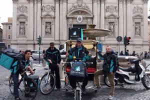 """Il food delivery, nel Belpaese, vale oltre 400 milioni, ed è in crescita. Ed evolve: Deliveroo lancia in Italia le sue """"Editions"""", con piatti in esclusiva firmati da chef e ristoranti. E diventa anche """"facilitatore"""" dell'incontro domanda e offerta"""
