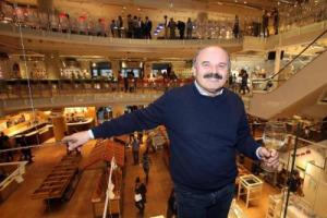 """""""Vogliamo essere in tutti Paesi del mondo, tante aperture in vista, ma il grande progetto è Fico a Bologna. Il futuro del vino è nel """"naturale"""". Avrei già venduto, ma ai miei figli Eataly piace da matti!"""". Parla Oscar Farinetti, nei 10 anni di Eataly"""