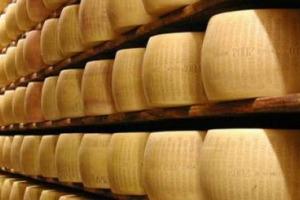 Parmigiano Reggiano, 2017 da record: produzione a 3,65 milioni di forme, un giro d'affari al consumo di 2,2 miliardi di euro, e una quota export del 38%. E nel 2018 pronti 20 milioni di euro investiti in promozione per crescere ancora