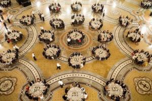 I 150 anni della Galleria Vittorio Emanuele II, monumento simbolo di Milano e del Belpaese, celebrati in grande stile, a tavola, e con solidarietà: 900 commensali per il celebrity chef Carlo Cracco, e 300.000 euro a favore della Caritas Ambrosiana