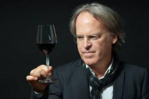 """""""Oggi l'Italia del vino in Cina vale il 6% del mercato, ma in 5 anni raggiungeremo il 20%"""": parola di James Suckling che, partendo da Montalcino e del Brunello, si propone come """"Marco Polo"""" del vino italiano sulla """"Via della Seta"""""""