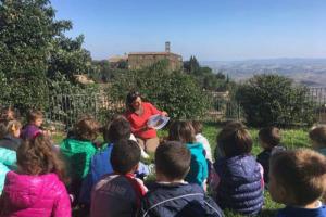 """A San Martino l'agricoltura si riposa, ma non i suoi piccoli custodi: i bambini, protagonisti del """"Laboratorio Winenews per l'Educazione al Gusto"""", ripartito nel nuovo anno scolastico nelle Scuole di Montalcino, grazie alla Castello Banfi"""