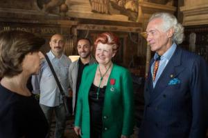 Se la Francia premia la grande cucina italiana: Annie Féolde, alla giuda della tristellata Michelin Enoteca Pinchiorri di Firenze (insieme a Giorgio Pinchiorri), ha ricevuto la Légion d'Honneur, l'onorificenza più alta della Repubblica Francese