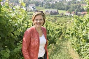 Aspettando di scoprire il prossimo Governo italiano, la Germania, a sei mesi dalle elezioni, vara il Merkel IV, ed il nuovo Ministro dell'Agricoltura è Julia Kloeckner, produttrice di vino a Guldental con la famiglia ed ex giornalista enoica