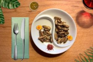 Novel food in Italia, il punto di The Fork: dopo i dati di Coldiretti, anche l'aperitivo di Theoria a base di grilli, larve e locuste conferma lo scetticismo dei foodie. Il 54% degli italiani non è entusiasta degli insetti nel piatto