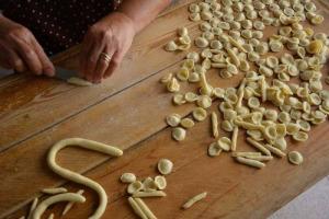 Aumenta la produzione di pasta all'estero, e l'export italiano cala del -3%. Secondo Coldiretti la delocalizzazione degli impianti porta a pesanti conseguenze economiche ed occupazionali, evitabili con l'indicazione d'origine in etichetta