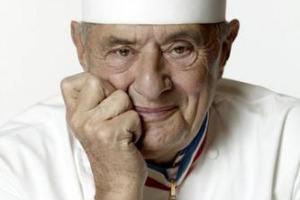 La Francia saluta il più grande dei cuochi, Paul Bocuse, protagonista della Nouvelle Cuisine, scomparso a 91 anni. Nato tra i fornelli a Collonges-au-Mont-d'Or, tre stelle Michelin dal 1965, lascia un patrimonio inestimabile di piatti innovativi