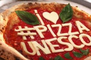 """""""L'Arte del Pizzaiuolo Napoletano"""" è patrimonio Unesco. Nella notte è arrivato il riconoscimento, """"dopo un percorso di 8 anni"""", sottolinea il Ministro Martina. Coldiretti: """"business pizza vale 12 miliardi di euro"""". Pecoraro Scanio: """"grande successo"""""""
