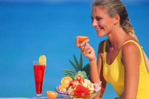 Il cibo in spiaggia diventa salutare: caprese, insalate di pollo e di mare spodestano lasagne e parmigiane per il 27% dei pranzi italiani sotto l'ombrellone. Nella classifica di Coldiretti/Ixè vince la macedonia (19%), perdono lasagne e polpette (4%)