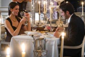 """Innamorati a tavola: 5,3 milioni di italiani celebreranno San Valentino al ristorante, con un giro d'affari di 222 milioni di euro (+7% sul 2017). Così a Fipe. Prevale il menu ad hoc (prezzo medio 42), tra """"spritz dell'amore"""" e """"risotto Cupido""""..."""