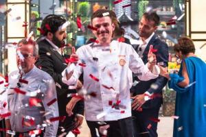 In pieno stile contemporaneo, con una cucina di sapori del territorio rivisitata in chiave moderna e con contaminazioni internazionali, è il ventiduenne marchigiano Simone Scipioni il vincitore del seguitissimo talent MasterChef Italia n. 7