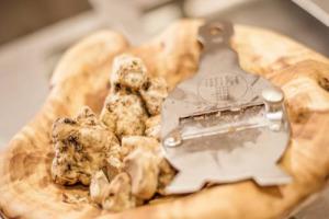 """""""Tagliato per il design"""": il tartufo bianco d'Alba fa il verso (ma non troppo) al made in Italy, e lo celebra trasformando le Langhe Patrimonio dell'Unesco in un polo di cultura, arte ed enogastromia nella """"Fiera Internazionale n. 87"""" (dal 7 ottobre)"""