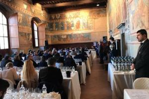 """Anteprime 2017: è il turno del bianco toscano per eccellenza, la Vernaccia di San Gimignano. Annata 2016 e Riserva 2015 entrambe da invecchiamento, con il Consorzio che investe sulla """"cultura"""" della Vernaccia. I migliori assaggi di WineNews"""