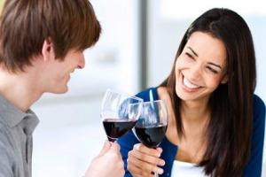 """Tra le mille proprietà """"miracolose"""" attribuite al vino rosso, ce n'è anche una che farà """"sorridere"""". Letteralmente, perchè sembra che un paio di calici al giorno facciano bene anche a denti e gengive. A dirlo uno studio spagnolo"""