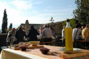 Vino, olio, benessere, mercatini tipici: l'intreccio fra stile di vita italiano cultura e paesaggio, secondo Cna Turismo, si traduce in previsioni di crescita economica (+10,3%) e di presenze (+1,7%) per i ponti di Ognissanti e dell'Immacolata
