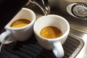 La mappa dell'espresso in Italia: la Federazione Italiana Pubblici Esercizi (Fipe) dedica una giornata al caffè che, con un giro d'affari di 6,6 miliardi di euro (il 32,5% del fatturato totale dei bar), resta la bevanda preferita degli italiani