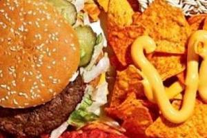 Il cibo spazzatura aumenta il rischio di tumori, soprattutto mammari: a dirlo uno studio di alcuni ricercatori francesi pubblicato sul British Medical Journal, che hanno registrato un aumento tra il 6 e il 18%, e tra il +2 e il +22% di tumori al seno