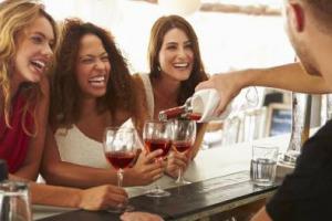 """Vino e giovani, i """"millennials"""" d'America """"pesano"""" molto di più sui consumi (42%) di quelli d'Italia (11%): a dirlo un'indagine di Wine Monitor - Nomisma. Tante le differenze tra Italia e Usa, anche nei criteri di scelta dei vini da bere"""