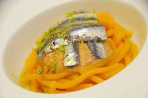 Il consumo all'anno di pesce degli italiani cresce (25 kg a testa): quantità sopra la media europea (22,5 kg) ma lontana dai grandi consumatori del continente. Basta il pesce italiano per il fabbisogno nazionale? Solo per 1/3 (180.000 tonnellate)