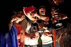"""Tra """"food selfie"""" e sempre più attenzione dei villeggianti per le spese alimentari (63%), passando per quell'italiano su tre che torna a casa con un souvenir wine & food (36%), il cibo regna sulla villeggiatura: a dirlo un'indagine Coldiretti-Ixè"""