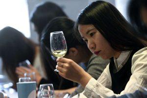 Tra online e nuove generazioni, il mercato del vino in Cina di scena al Vinexpo Hong Kong